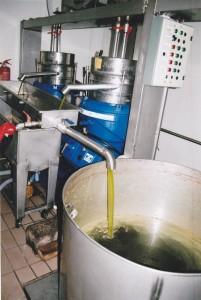 Am Ende läuft das frisch gepresste Olivenöl aus der Anlage.