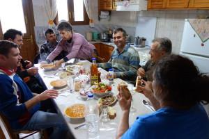 Mittagspause. griechische Bohnensuppe, Salat, Brot, Wein und Raki